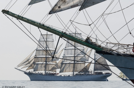 Statsraad Lehmkuhl under the Jib boom of Fryderyk Chopin